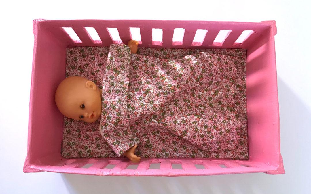 DIY Lit de poupée en carton